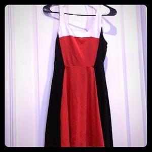 Express SZ M flattering slimming print red/black